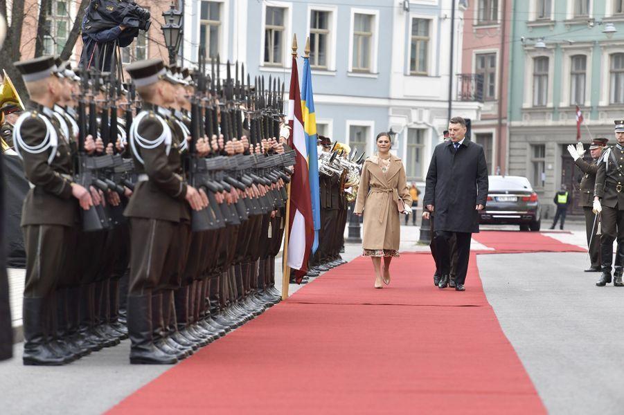 La princesse héritière Victoria de Suède passe les troupes en revue avec le président de Lettonie à Riga, le 27 avril 2018