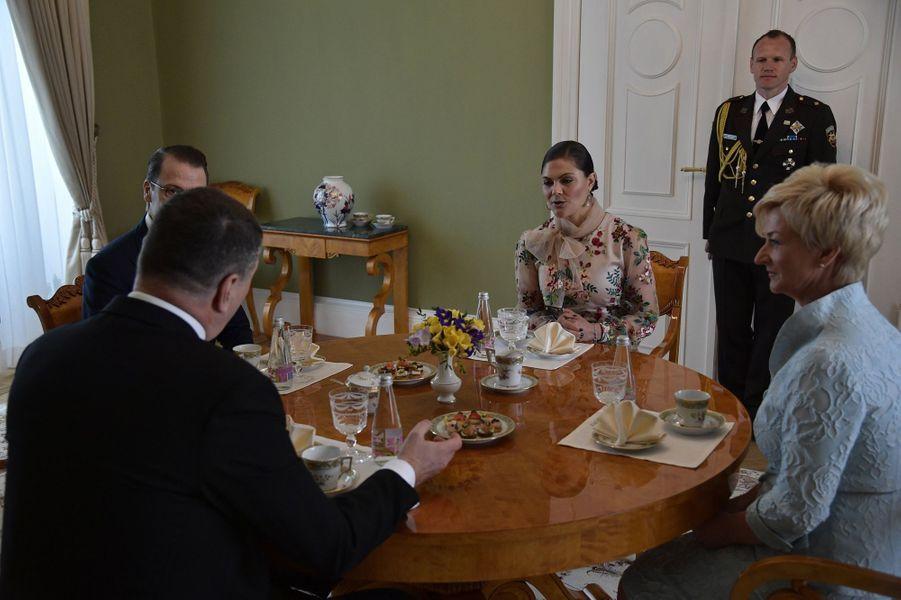 La princesse héritière Victoria de Suède, le prince consort Daniel et le couple présidentiel letton à Riga, le 27 avril 2018