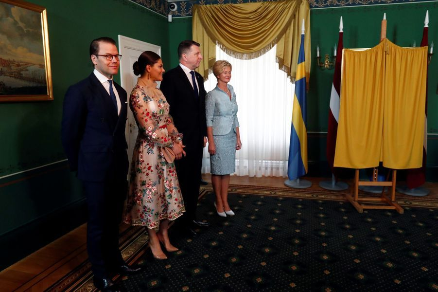 La princesse héritière Victoria de Suède et le prince consort Daniel avec le couple présidentiel letton à Riga, le 27 avril 2018