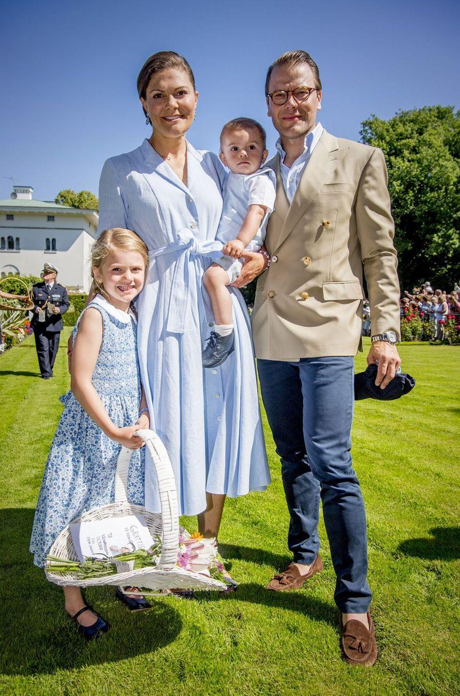 Victoria de Suède, son mari Daniel et leurs enfants Estelle et Oscar sur l'île d'Öland, le 15 juillet 2017.