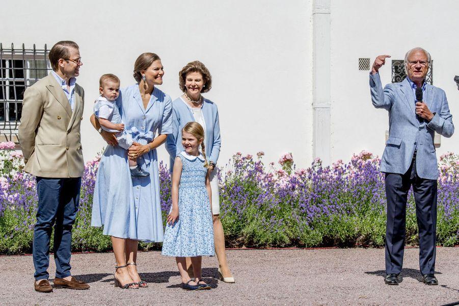Victoria de Suède, son mari Daniel et leurs enfants Estelle et Oscar et la reine Silvia et le roi Carl XVI Gustav sur l'île d'Öland, le 15 juillet 2017.