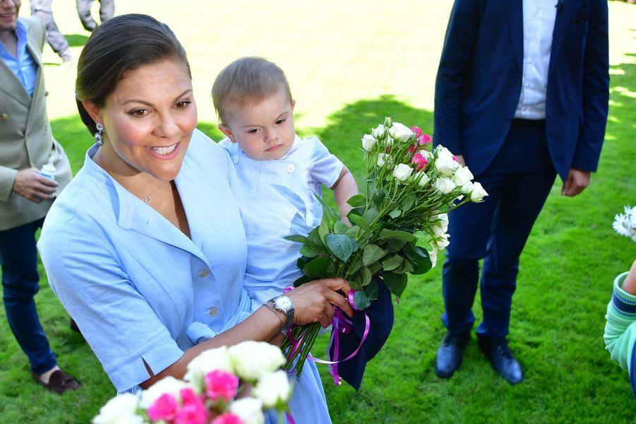 Le prince Oscar et la princesse Victoria de Suède sur l'île d'Öland, le 15 juillet 2017.