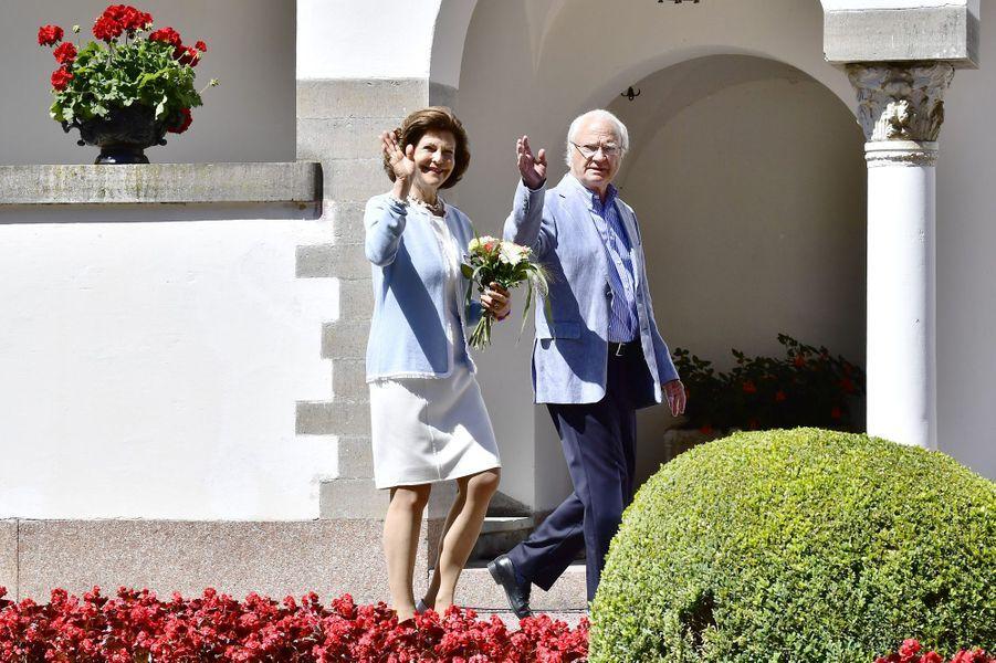 La reine Silvia et le roi Carl XVI Gustav sur l'île d'Öland, le 15 juillet 2017.