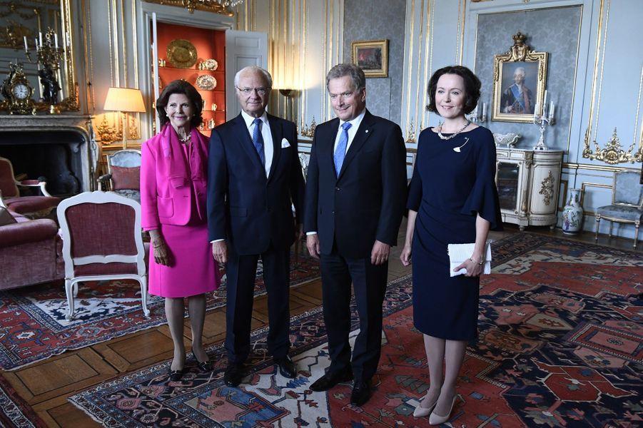 La reine Silvia et le roi Carl XVI Gustaf de Suède avec le couple présidentiel de Finlande à Stockholm, le 24 août 2017