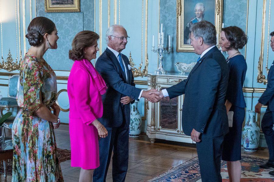 La princesse Victoria, la reine Silvia et le roi Carl XVI Gustaf de Suède avec le couple présidentiel de Finlande à Stockholm, le 24 août 2017