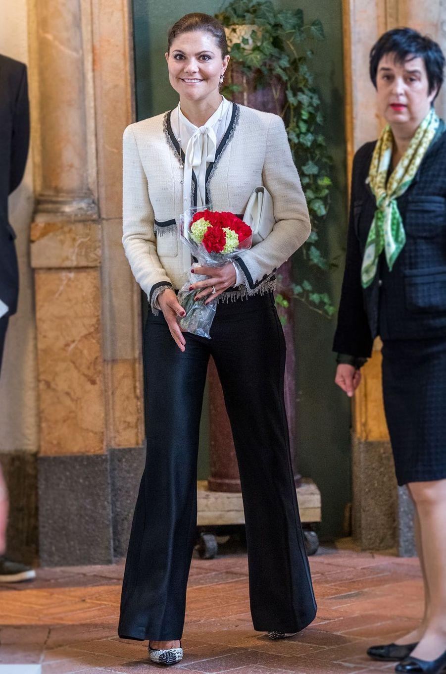 La princesse Victoria de Suède en veste Chanel à Stockholm, le 16 mars 2017