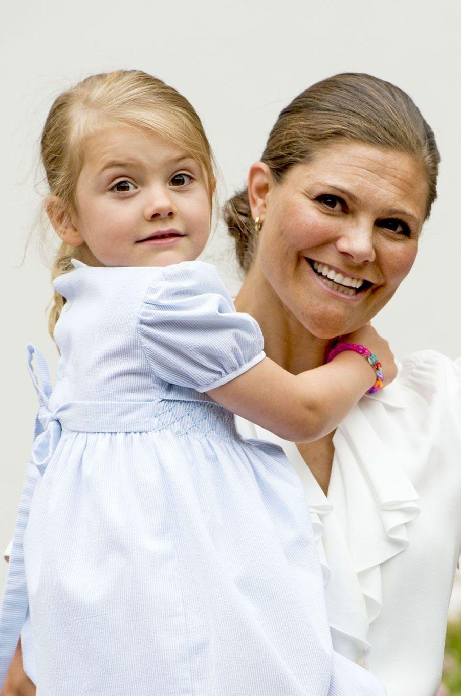 L'héritière du trône de Suède Victoria heureuse avec sa fille, la princesse Estelle, à l'occasion de ses 39 ans