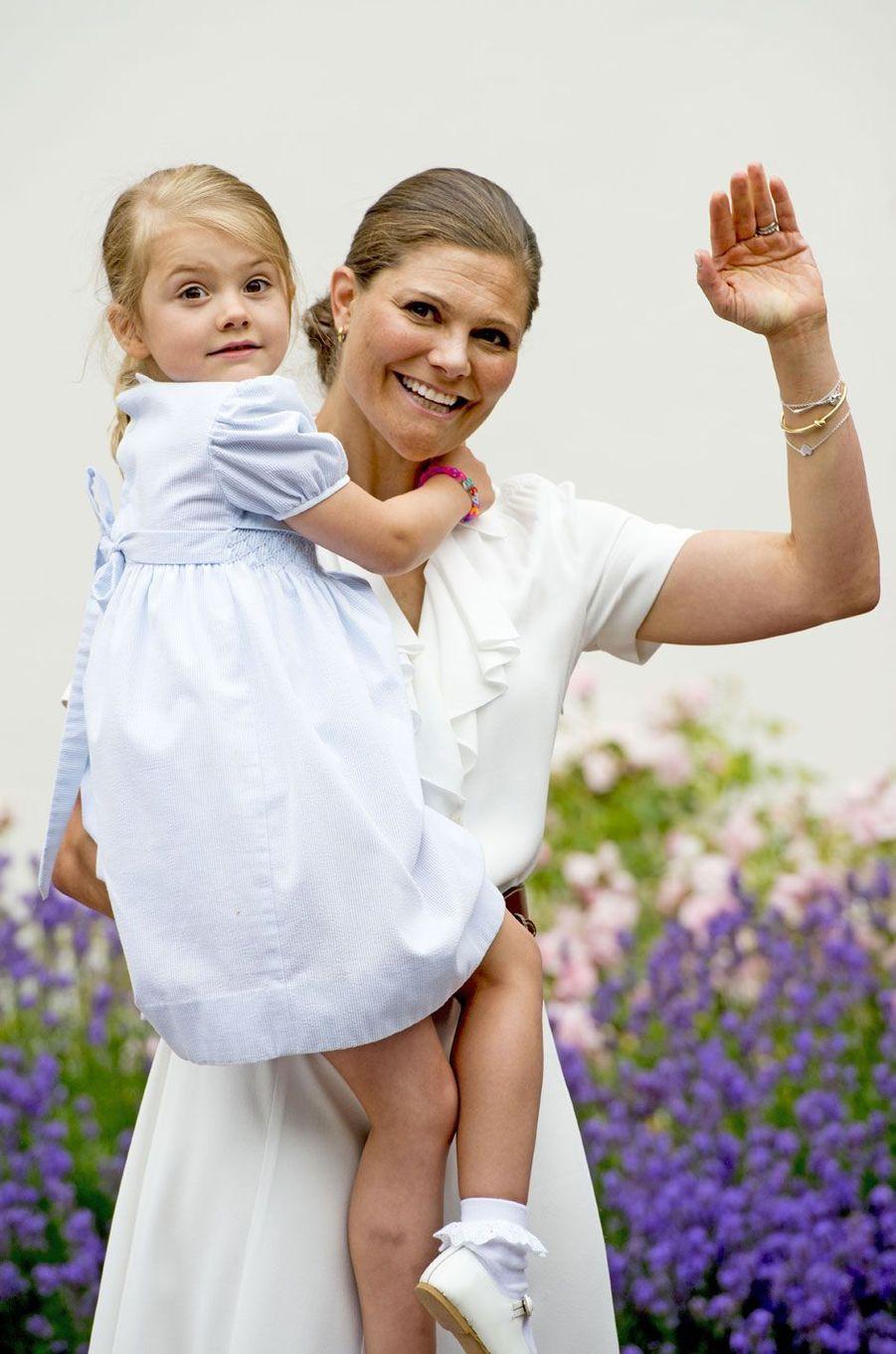 L'héritière du trône de Suède Victoria porte la princesse Estelle, à l'occasion de ses 39 ans