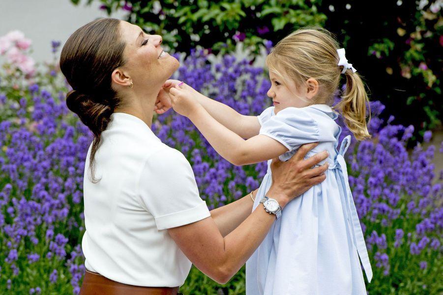 L'héritière du trône de Suède Victoria s'amuse avec la princesse Estelle, à l'occasion de ses 39 ans