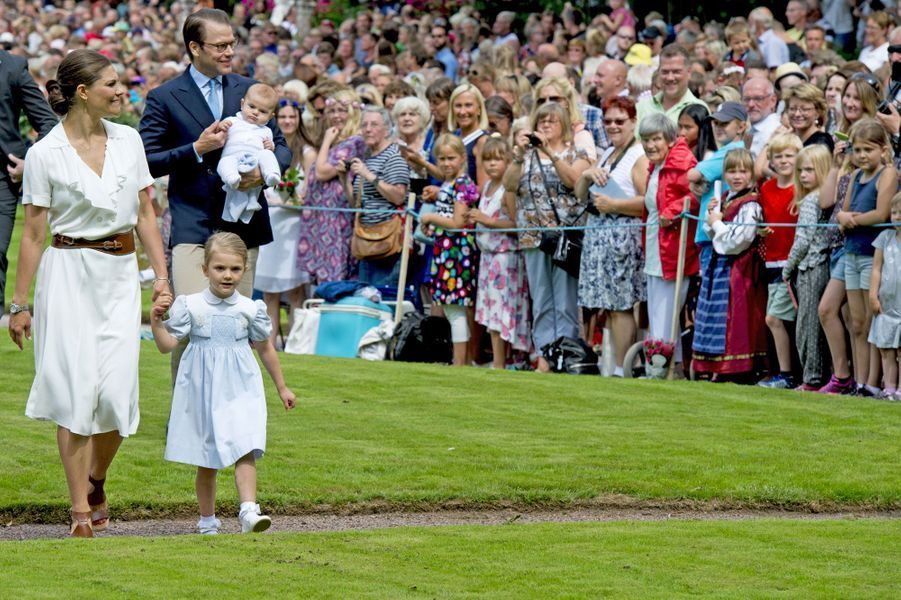 L'héritière du trône de Suède Victoria tient la main de la petite princesse Estelle, à l'occasion de ses 39 ans