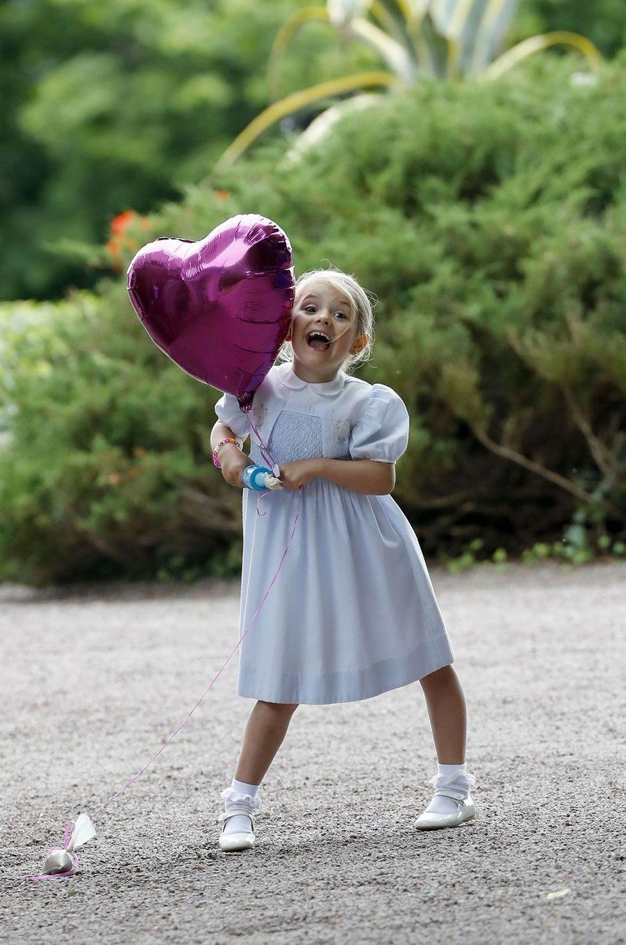 La petite princesse Estelle s'amuse avec un ballon en forme de coeur pour les 39 ans de sa maman, la future reine Victoria