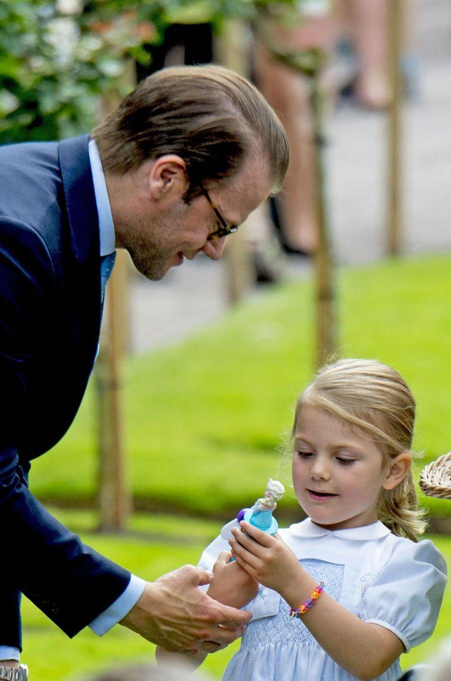 La princesse Estelle avec son papa, le prince Daniel de Suède