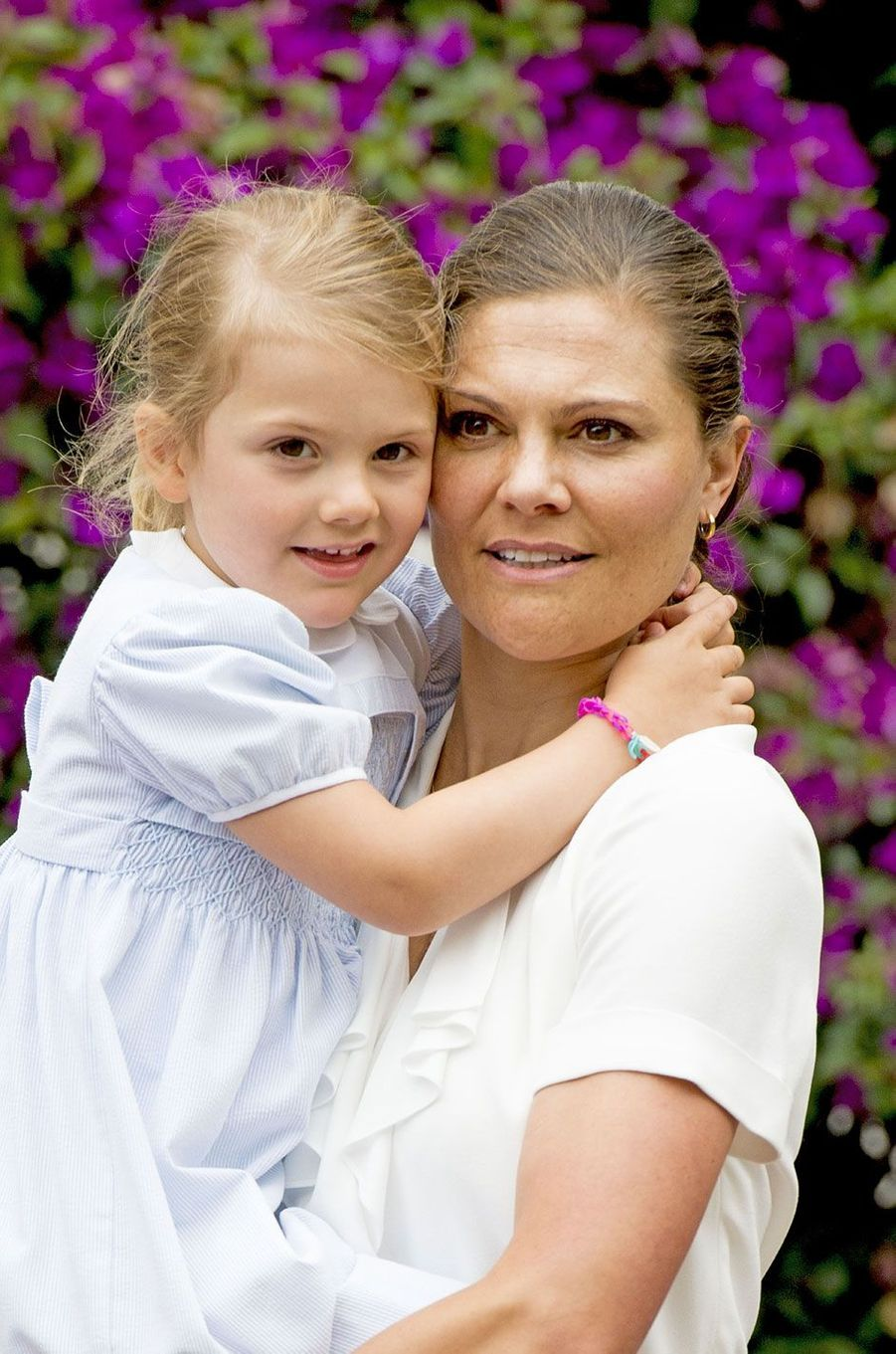 Moment tendresse entre l'héritière du trône de Suède Victoria et la princesse Estelle, à l'occasion de ses 39 ans