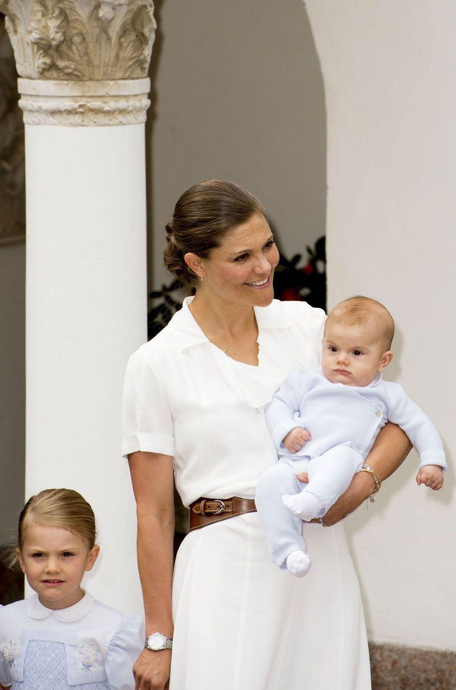 Victoria, accompagnée de la princesse Estelle et du prince Oscar, est une joyeuse maman de 39 ans