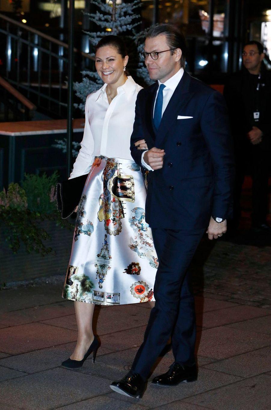 La princesse héritière Victoria de Suède, dans une jupe JennyMax, et le prince consort Daniel, à Stockholm le 16 octobre 2017
