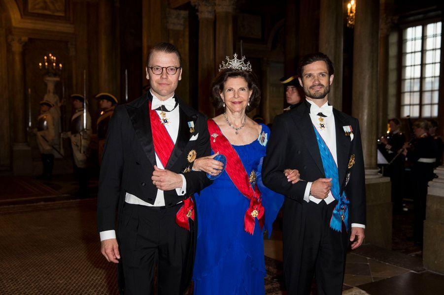 La reine Silvia de Suède avec les princes Daniel et Carl Philip à Stockholm, le 10 mai 2016