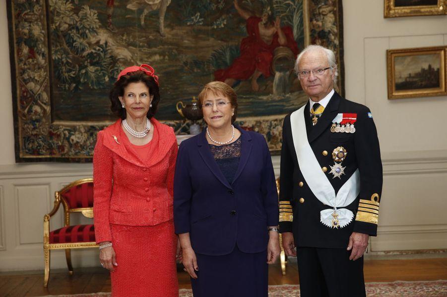 La reine Silvia et le roi Carl XVI Gustaf de Suède avec Michelle Bachelet à Stockholm, le 10 mai 2016