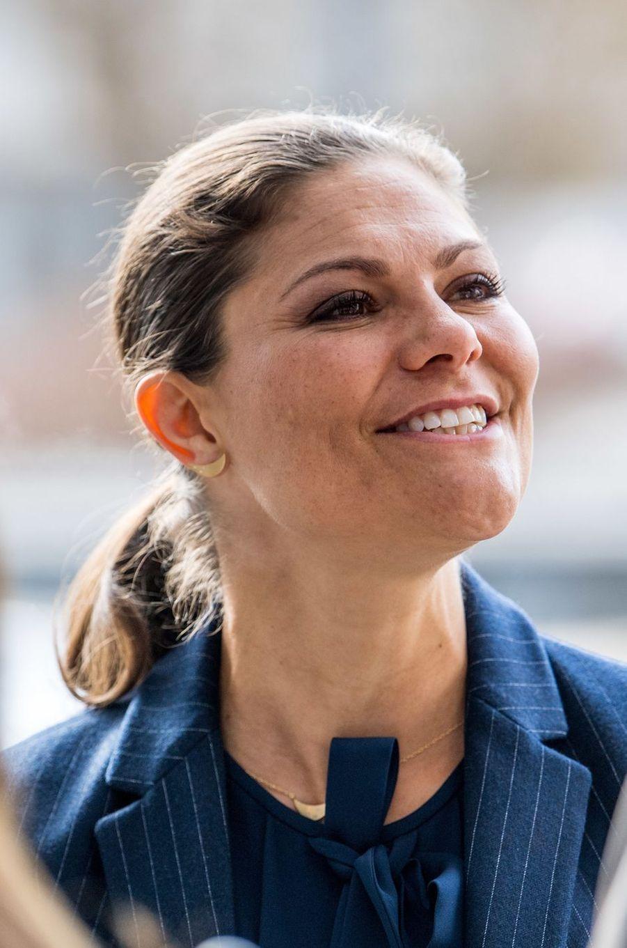 Détail des boucles d'oreille de la princesse Victoria de Suède à Stockholm, le 6 mars 2017
