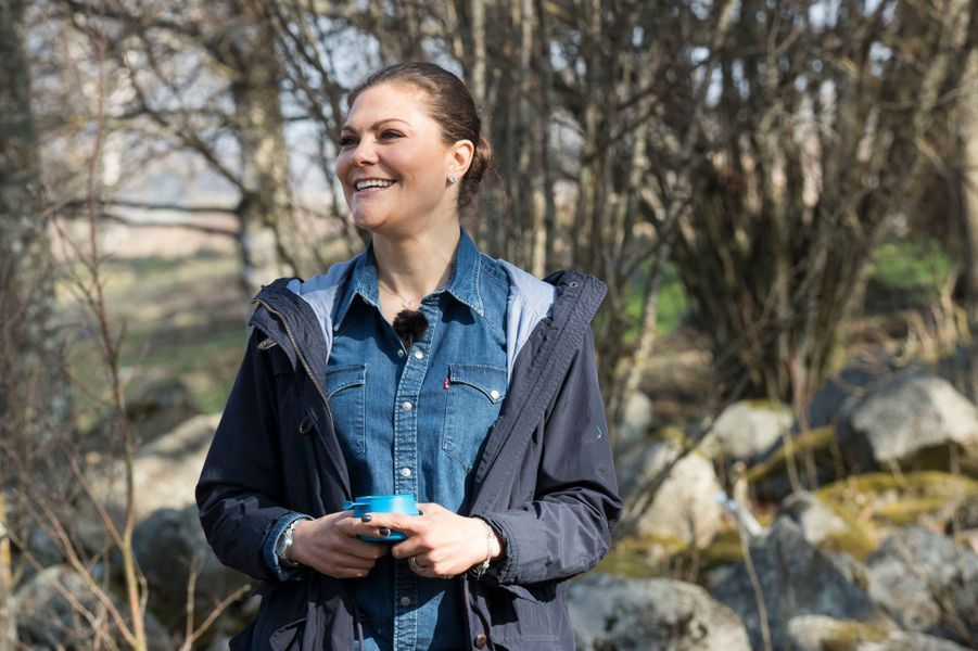 La princesse Victoria de Suède effectue sa 6e randonnée, dans la province de Närke le 20 avril 2018