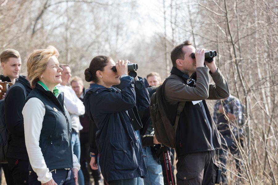 La princesse Victoria de Suède observe les oiseaux dans la province de Närke, le 20 avril 2018