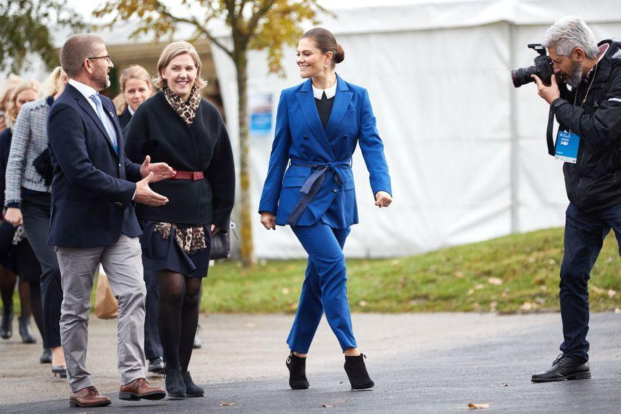 La princesse héritière Victoria de Suède dans un ensemble pantalon bleu à Malmö, le 11 octobre 2017