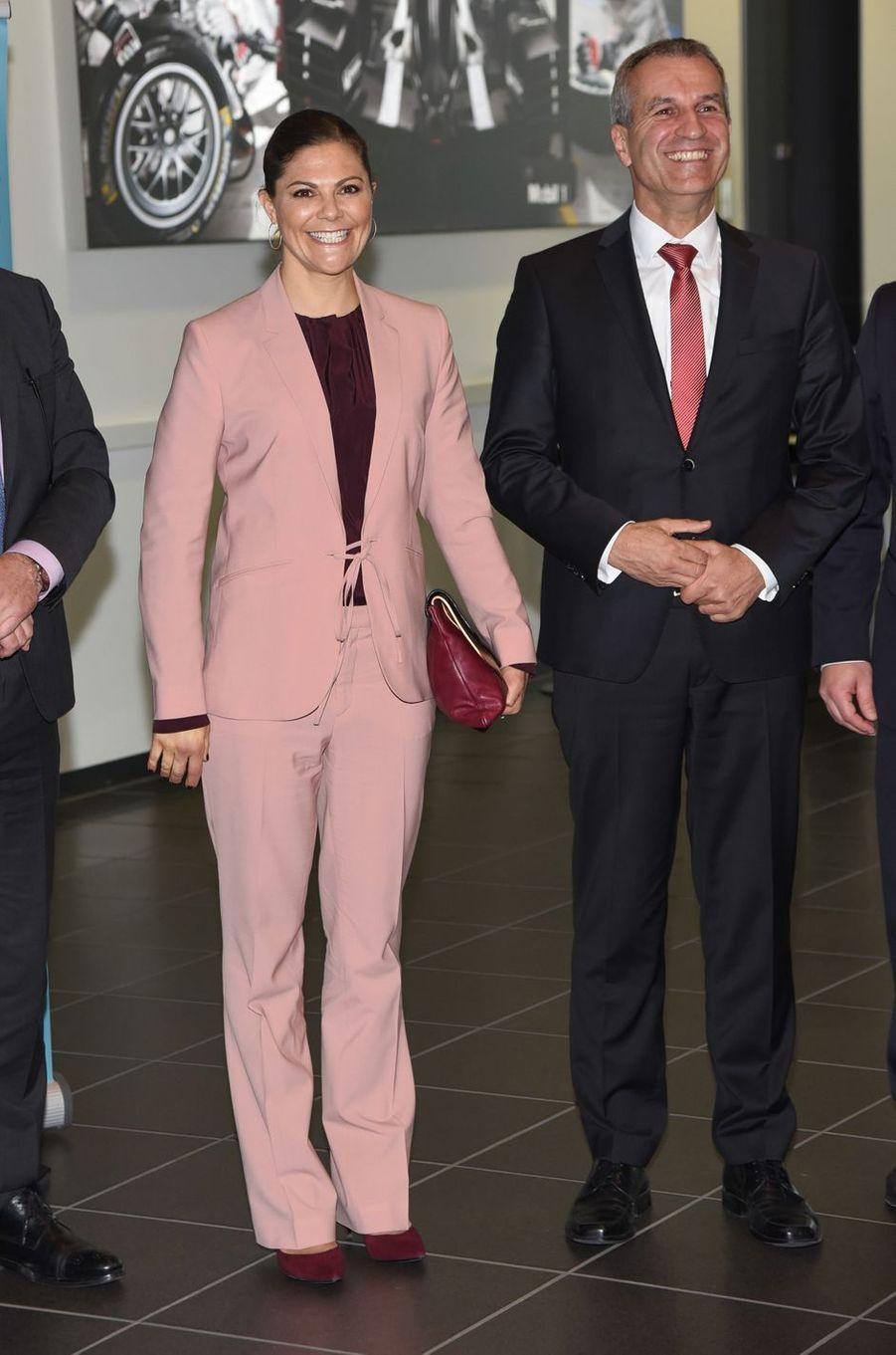 La princesse Victoria de Suède en tailleur rose à Leipzig, le 23 novembre 2017