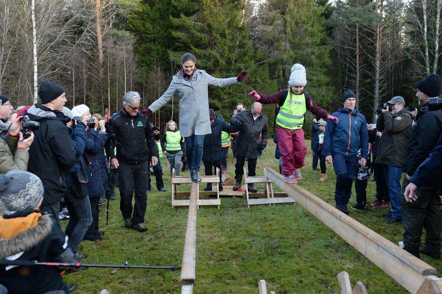 La princesse Victoria de Suède fait de l'équilibre dans le Wärmland, le 17 novembre 2017