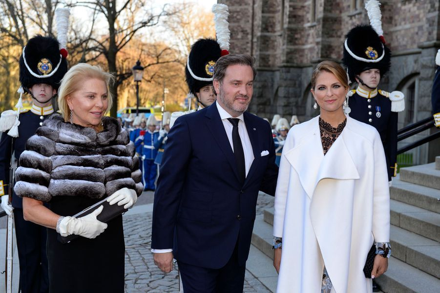 La princesse Madeleine de Suède avec son mari Christopher O'Neill et la mère de celui-ci à Stockholm, le 29 avril 2016