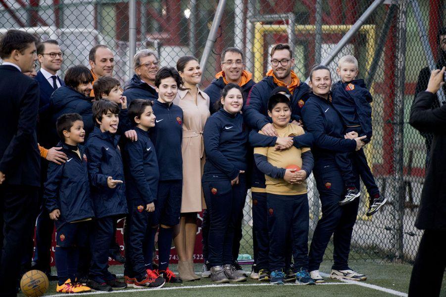 La princesse Victoria de Suède et le prince consort Daniel découvrent un projet de l'AS Roma à Rome, le 15 décembre 2016
