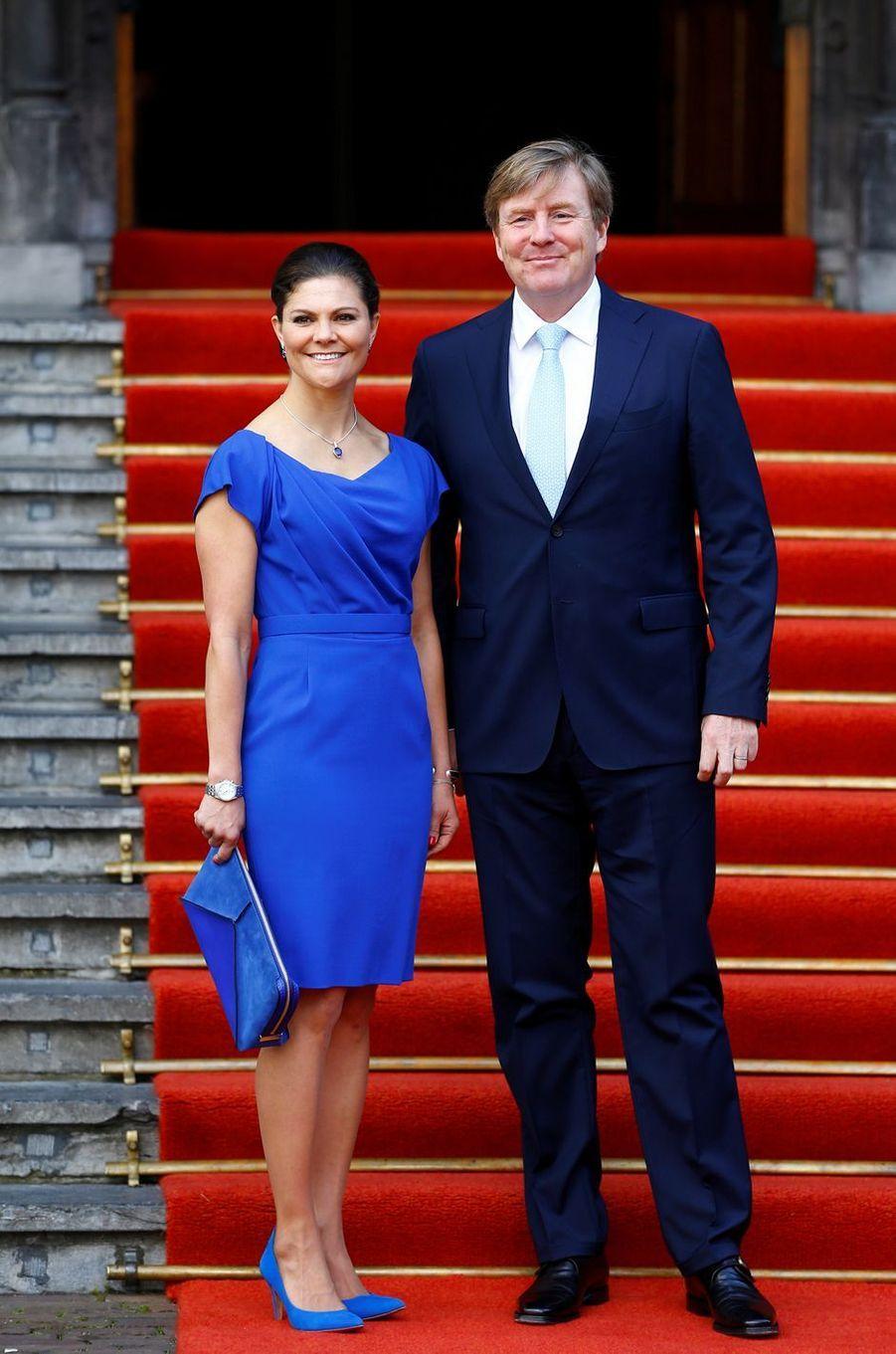 La princesse Victoria de Suède et le roi Willem-Alexander des Pays-Bas devant le Binnenhof à La Haye, le 26 avril 2017