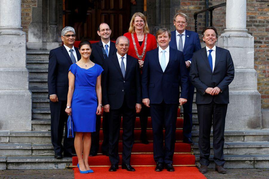 La princesse Victoria de Suède, tout de bleu roi vêtue, et le roi Willem-Alexander des Pays-Bas à La Haye, le 26 avril 2017