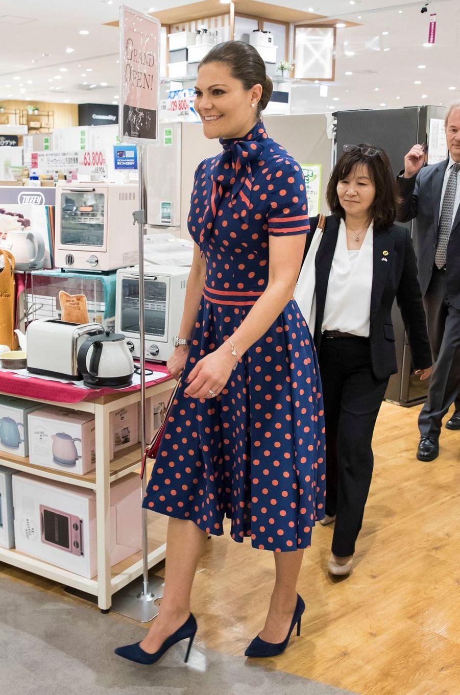 La princesse Victoria de Suède dans un supermarché Aeon à Tokyo, le 19 avril 2017