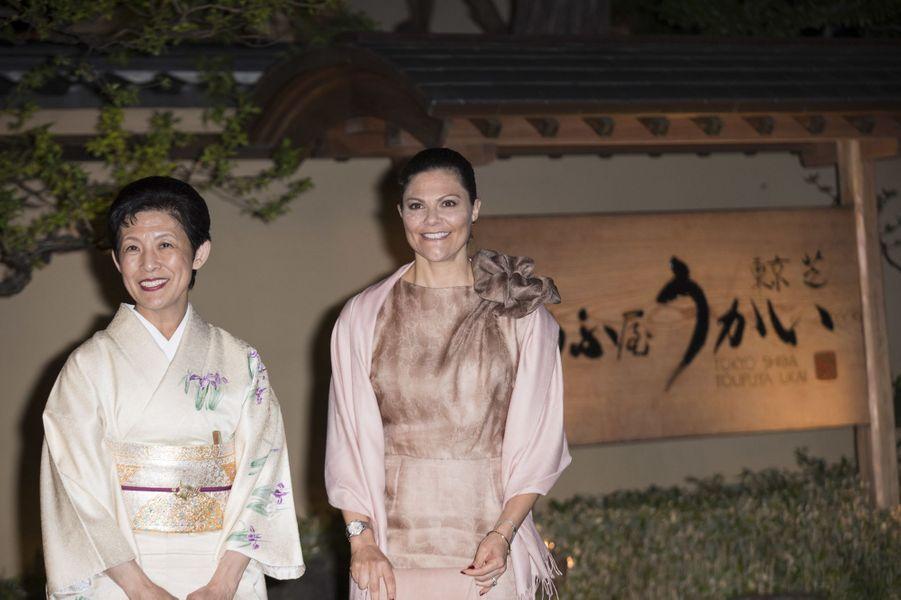La princesse Victoria de Suède avec la princesse Takamado du Japon à Tokyo, le 19 avril 2017