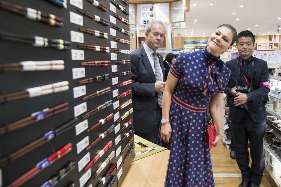 La princesse Victoria de visite un supermarché Aeon à Tokyo, le 19 avril 2017
