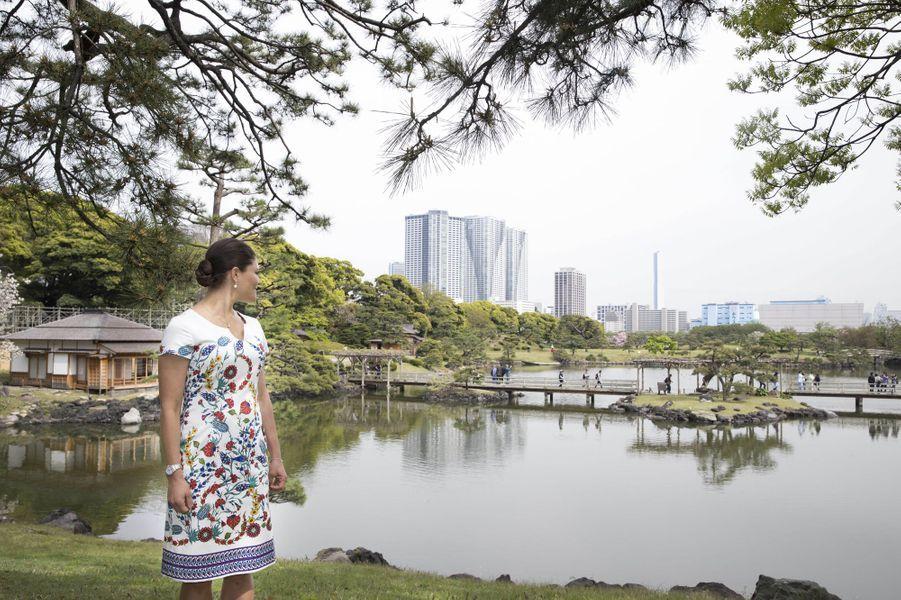 La princesse Victoria de Suède dans le jardin Hama-Riky à Tokyo, le 20 avril 2017