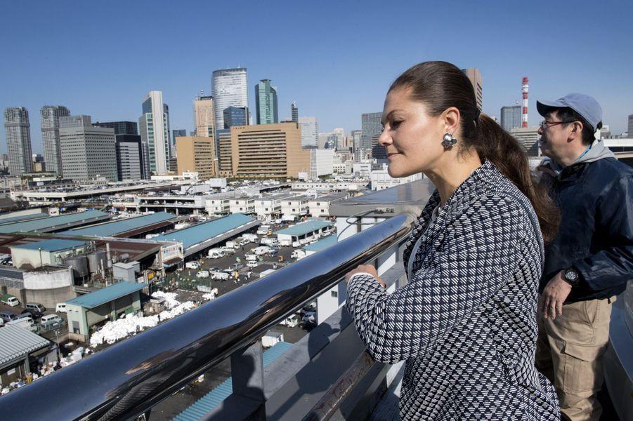 La princesse Victoria de Suède au marché aux poissons de Tsukiji à Tokyo, le 20 avril 2017