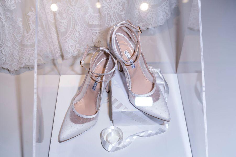 Les chaussures de mariée de la princesse Madeleine de Suède, exposées à Stockholm, le 17 octobre 2016