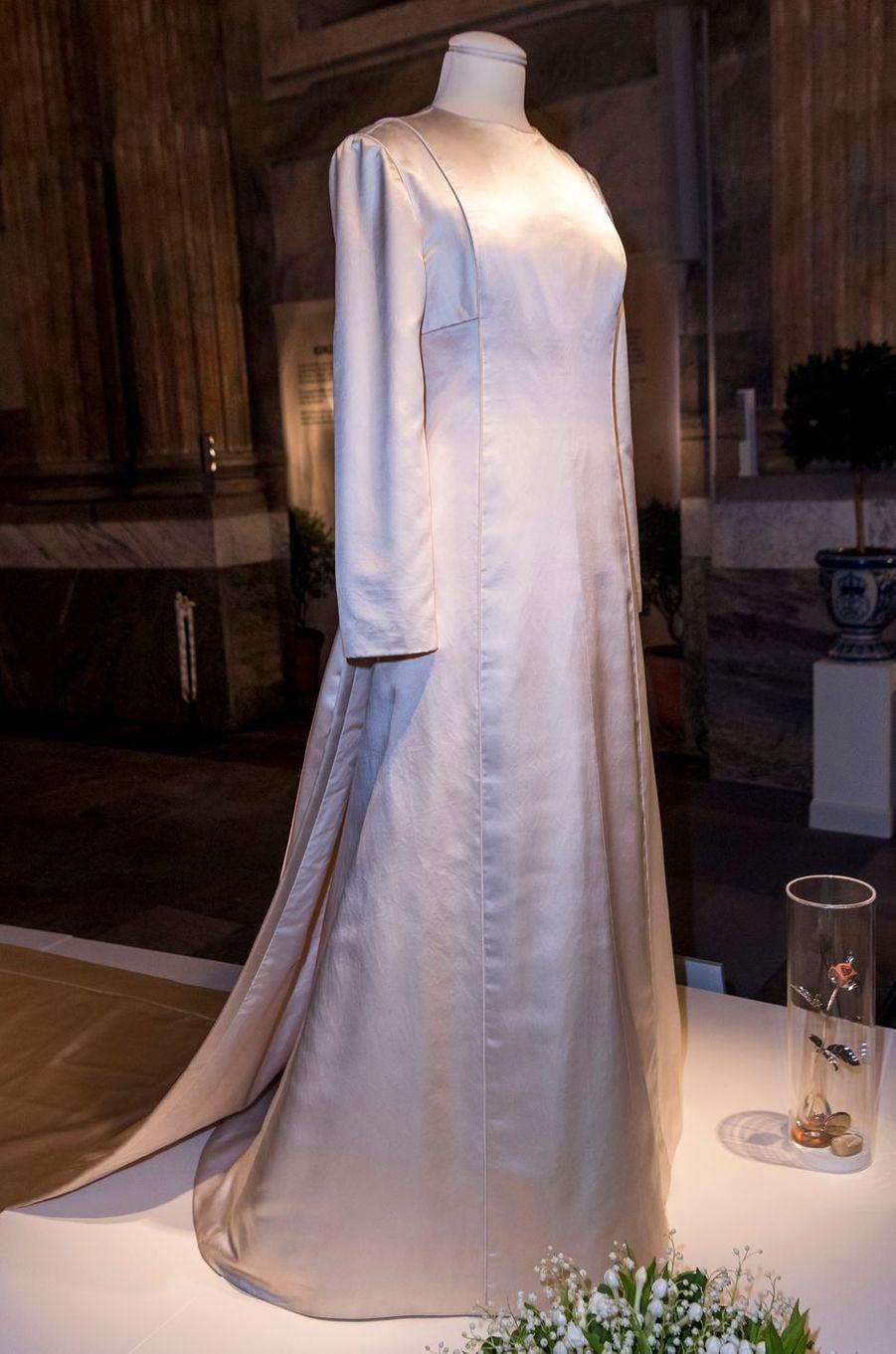 La robe de mariée de la reine Silvia de Suède, exposée à Stockholm, le 17 octobre 2016