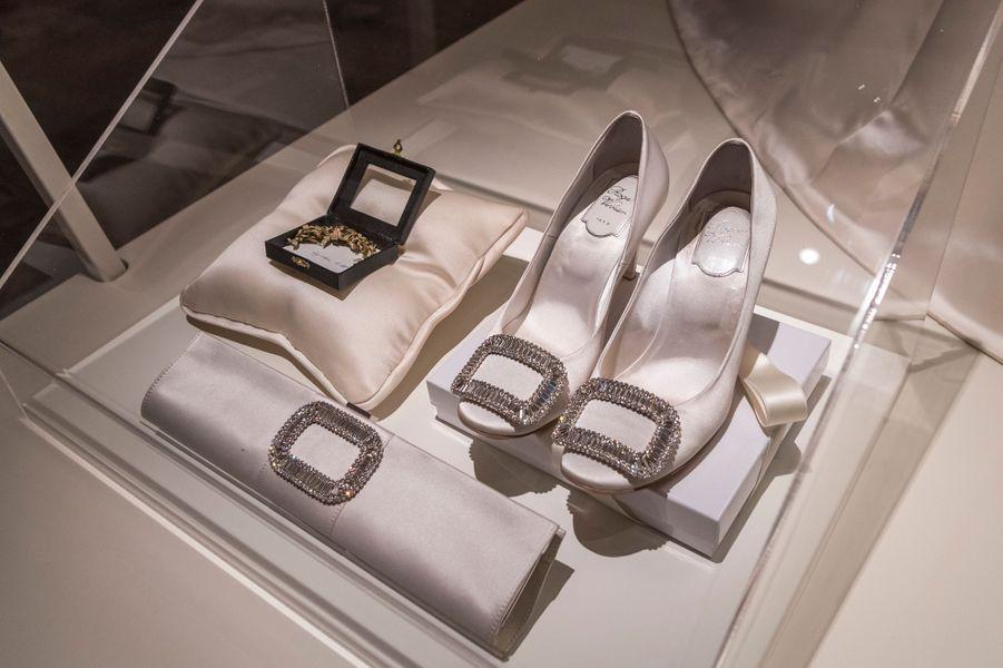 Les chaussures de mariée de la princesse Victoria de Suède et autres accessoires, exposés à Stockholm, le 17 octobre 2016