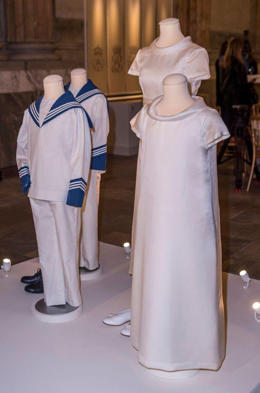 Tenues des demoiselles et garçons d'honneur au mariage de la princesse Victoria de Suède, exposées à Stockholm, le 17 octobre 2016