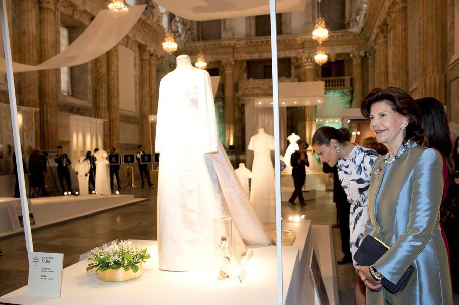 Les princesses Victoria et Sofia et la reine Silvia de Suède visitent l'exposition de leurs robes de mariée à Stockholm, le 17 octobre 2016