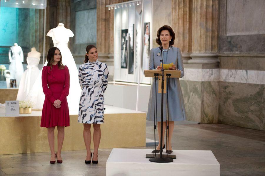 En compagnie des princesses Victoria et Sofia, la reine Silvia de Suède inaugure l'exposition de leurs robes de mariée à Stockholm, le 17 octobre 2016