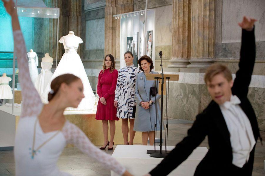 Les princesses Victoria et Sofia et la reine Silvia de Suède lors de l'inauguration de l'exposition de leurs robes de mariée à Stockholm, le 17 octobre 2016