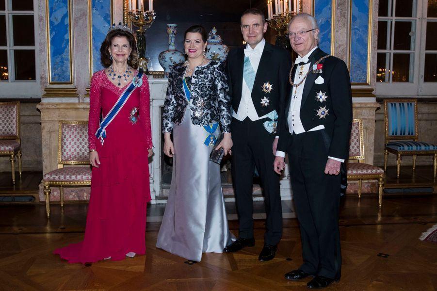 La reine Silvia et le roi Carl XVI Gustaf de Suède avec le couple présidentiel islandais à Stockholm, le 17 janvier 2018