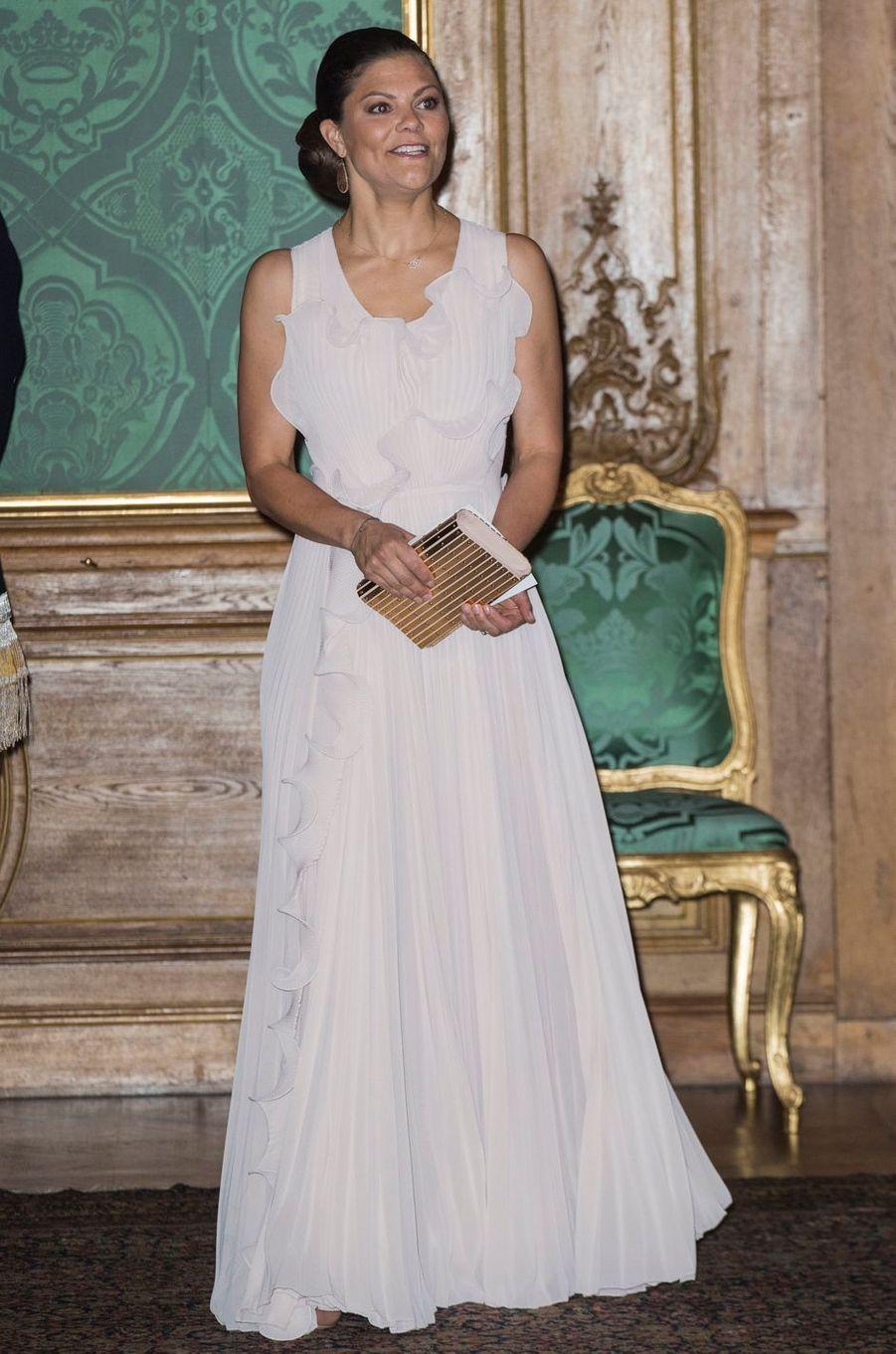 La princesse Victoria de Suède dans une robe H&M Conscious Exclusive en plastique recyclé, à Stockholm le 22 septembre 2017