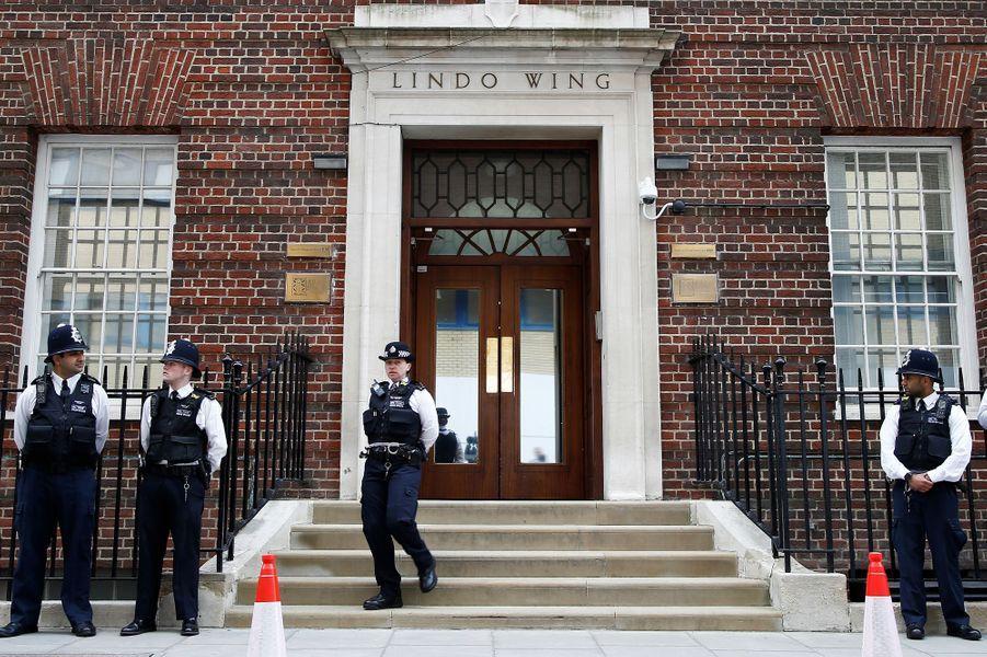 Kate a été admise à la maternité le 23 avril 2018, et la police veille devant la Lindo Wing.