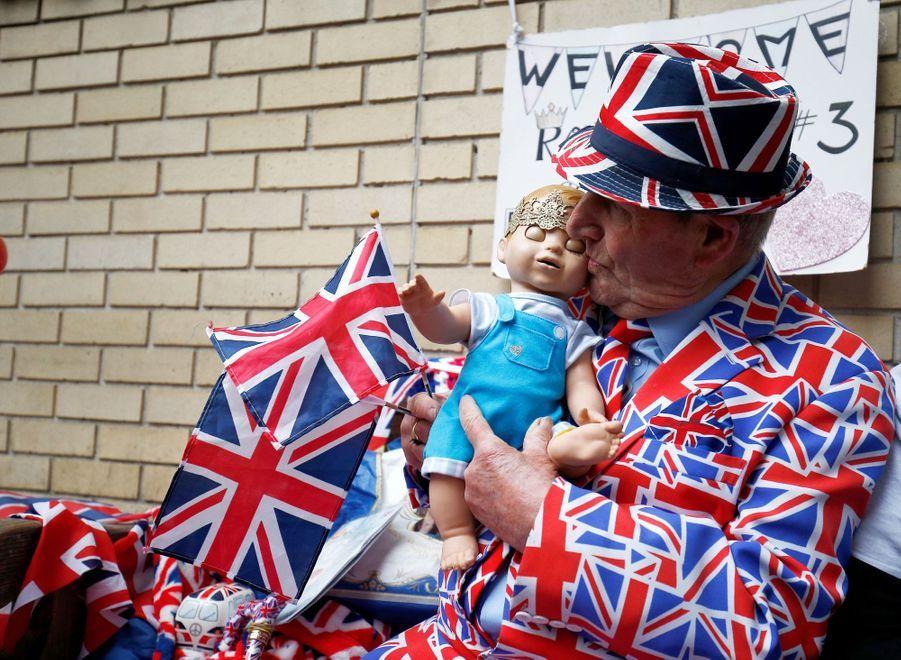 Kate a été admise à la maternité le 23 avril 2018, et les fans attendent la naissance du troisième royal bébé devant la Lindo Wing.