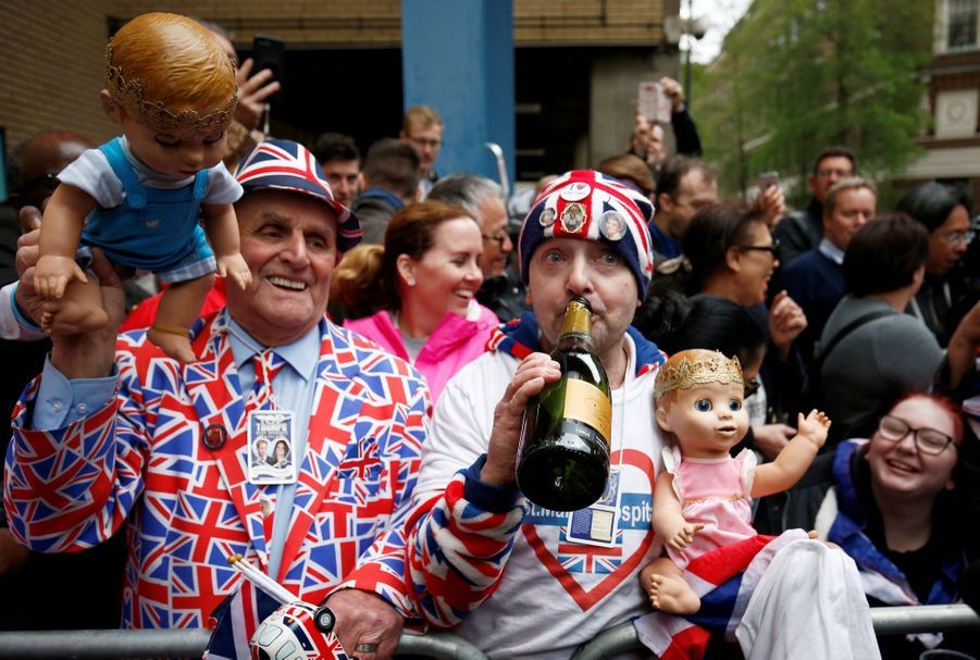 Kate a accouché le 23 avril 2018, et les fans célèbrent la naissance du troisième royal bébé devant la Lindo Wing.