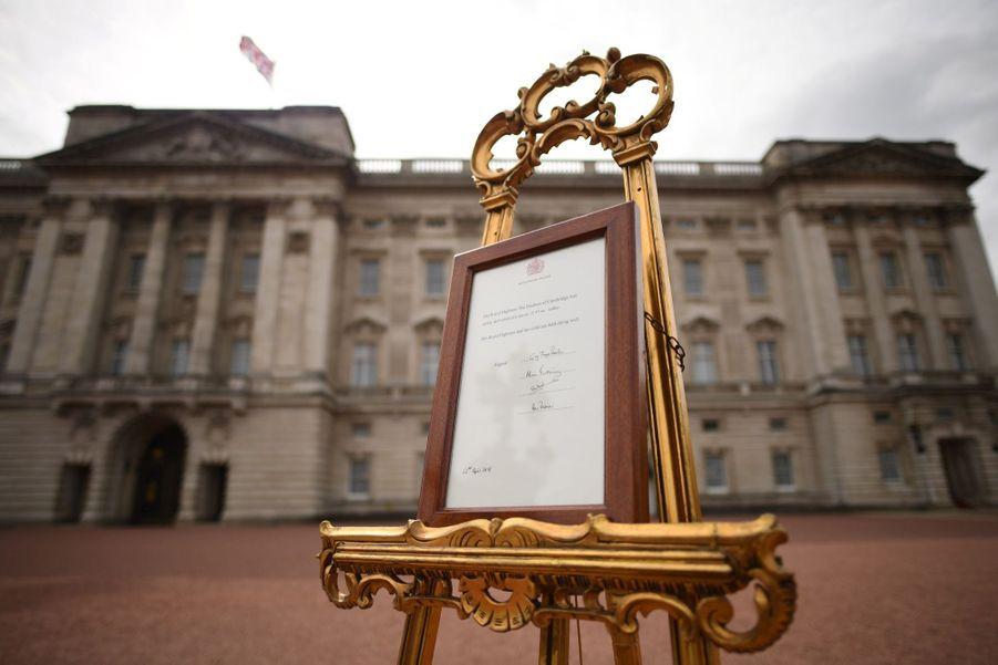 Kate a accouchéde son troisième enfantle 23 avril 2018, et l'annonce officielle à la reine est symboliquement présentée devant Buckingham.