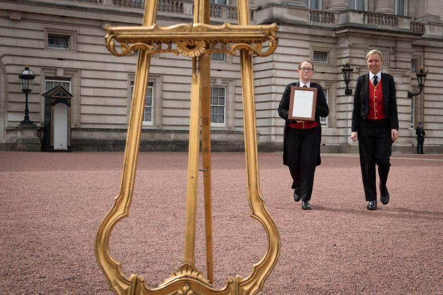 Kate a accouché de son troisième enfantle 23 avril 2018, et l'annonce officielle à la reine est symboliquement présentée devant Buckingham.